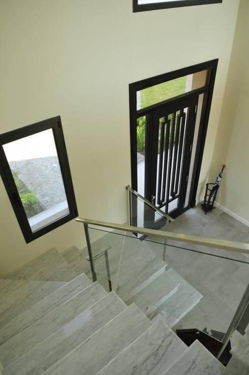 hall- escalera: Pasillos y recibidores de estilo  por Parrado Arquitectura