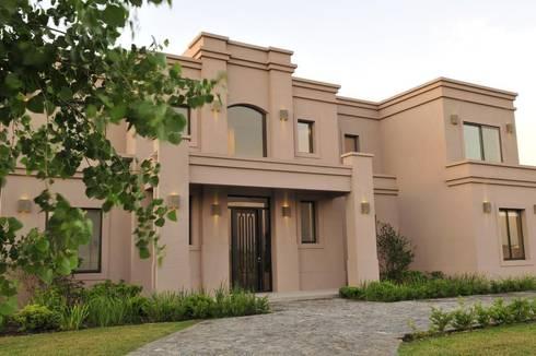 detalle del frente: Casas de estilo clásico por Parrado Arquitectura