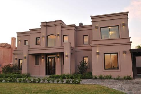 fista frente: Casas de estilo clásico por Parrado Arquitectura