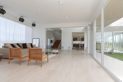 LIVING +: Livings de estilo moderno por Parrado Arquitectura