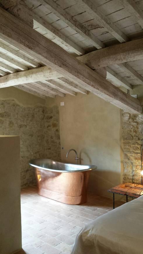 Casale SpecialUmbria.com: Camera da letto in stile  di Marcello Gavioli