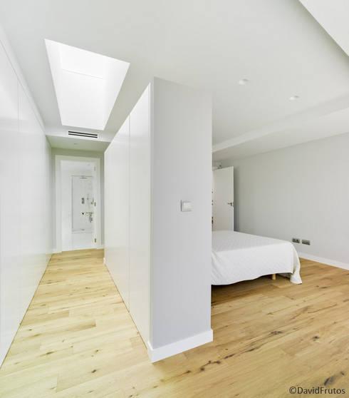 Casa Cabo: Dormitorios de estilo moderno de Martin del Guayo