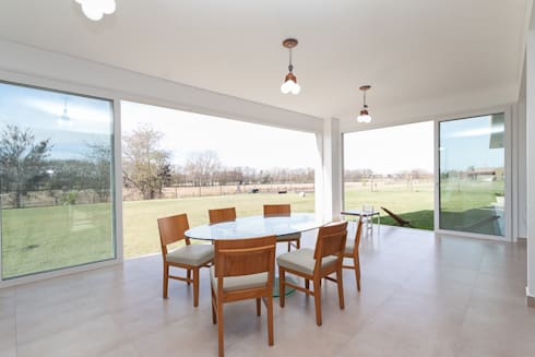 QUINCHO - FAMILY: Jardines de invierno de estilo moderno por Parrado Arquitectura