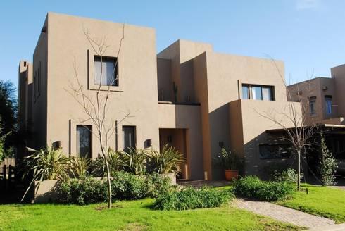 CASA TECTÓNICA EN TIGRE: Casas de estilo moderno por Parrado Arquitectura