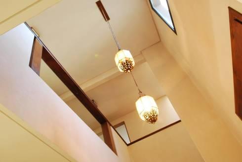 HALL EN DOBLE ALTURA: Pasillos y recibidores de estilo  por Parrado Arquitectura