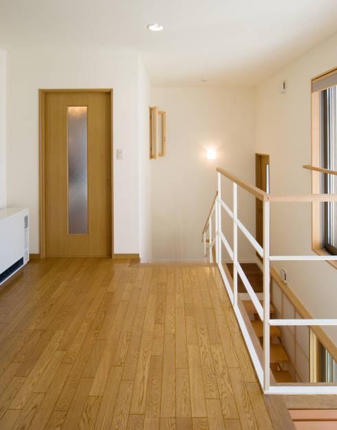 階段の家: 鶴巻デザイン室が手掛けた廊下 & 玄関です。
