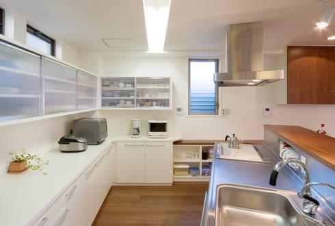 階段の家: 鶴巻デザイン室が手掛けたキッチンです。