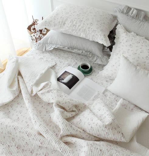 Camera da letto in stile in stile Rustico di 메종드룸룸