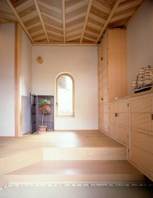 鳴滝の家: 鶴巻デザイン室が手掛けた壁です。
