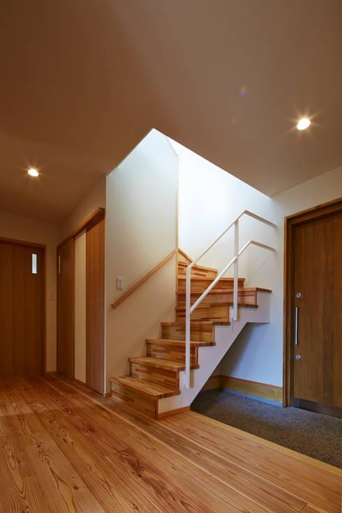 古枝の家: 鶴巻デザイン室が手掛けた廊下 & 玄関です。