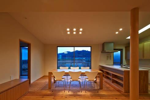 古枝の家: 鶴巻デザイン室が手掛けたダイニングです。