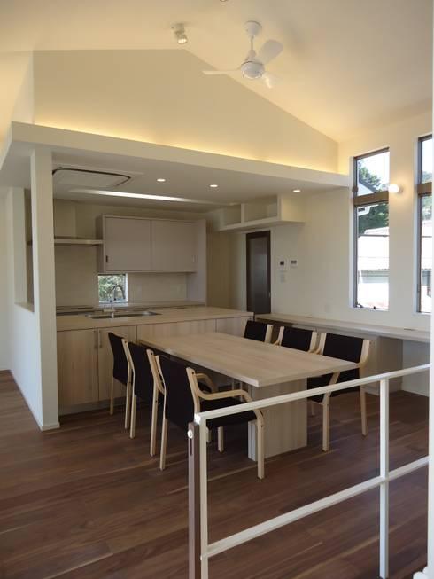 海の見える家: 鶴巻デザイン室が手掛けたダイニングです。