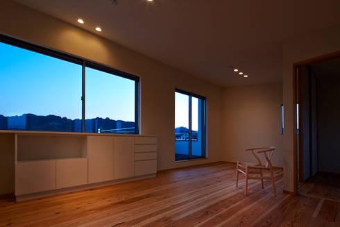 古枝の家: 鶴巻デザイン室が手掛けたリビングです。