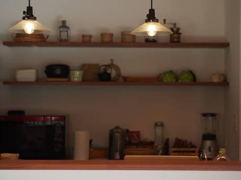 大屋根の家: 徳永建築事務所が手掛けたキッチンです。