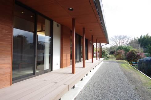 大屋根の家: 徳永建築事務所が手掛けた庭です。