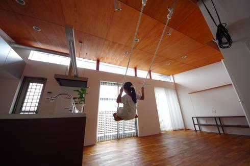BASESS: 徳永建築事務所が手掛けたリビングです。