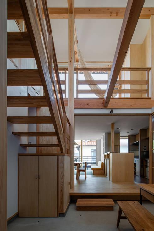 玄関土間から吹抜けを見る: 小野育代建築設計事務所が手掛けた和室です。