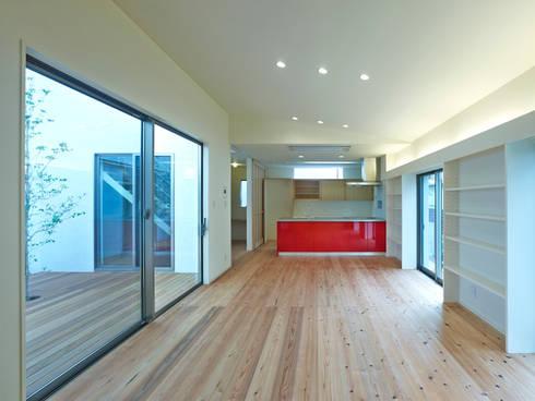 中庭の家: 鶴巻デザイン室が手掛けたリビングです。