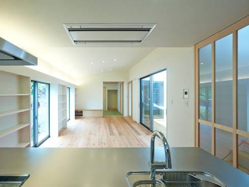 中庭の家: 鶴巻デザイン室が手掛けたダイニングです。