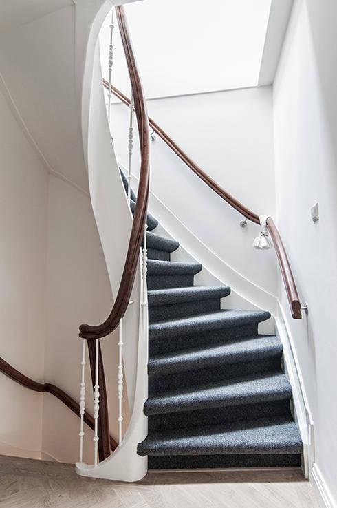 Daglicht in trappenhuis:  Gang en hal door Lumen Architectuur