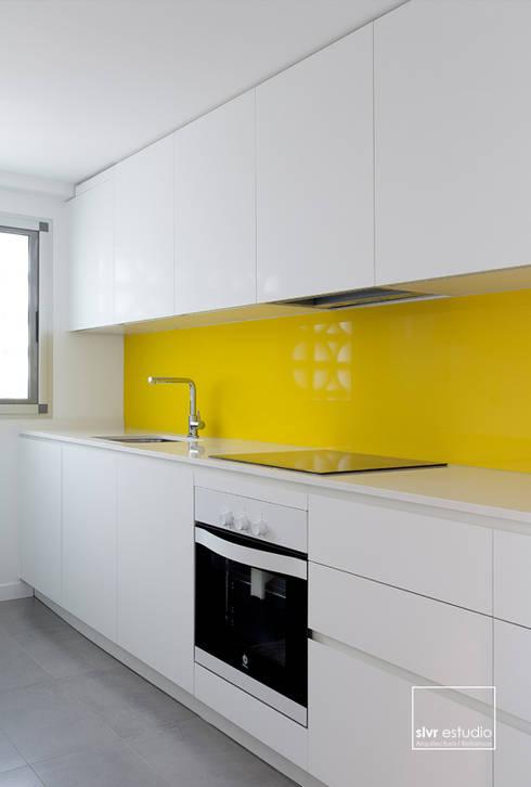 Casa L&J: Cocinas de estilo minimalista de slvr estudio