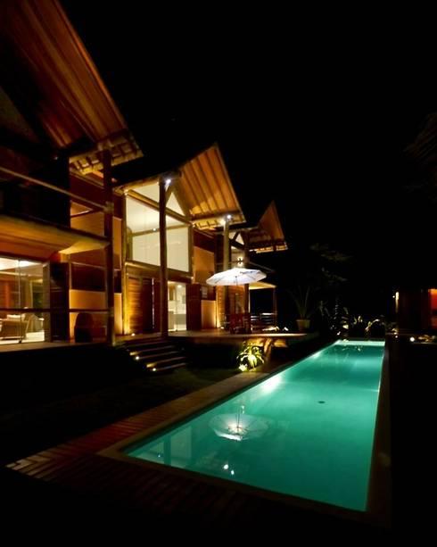 Casa em Boipeba: Piscinas campestres por MM8 Arquitetura e Interiores