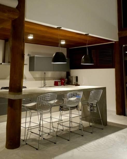 Casa em Boipeba: Salas de jantar campestres por MM8 Arquitetura e Interiores