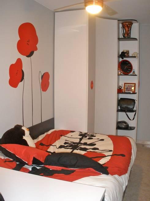 HABITACIÓN JUVENIL CHICA: Dormitorios infantiles de estilo moderno de LA ALCOBA
