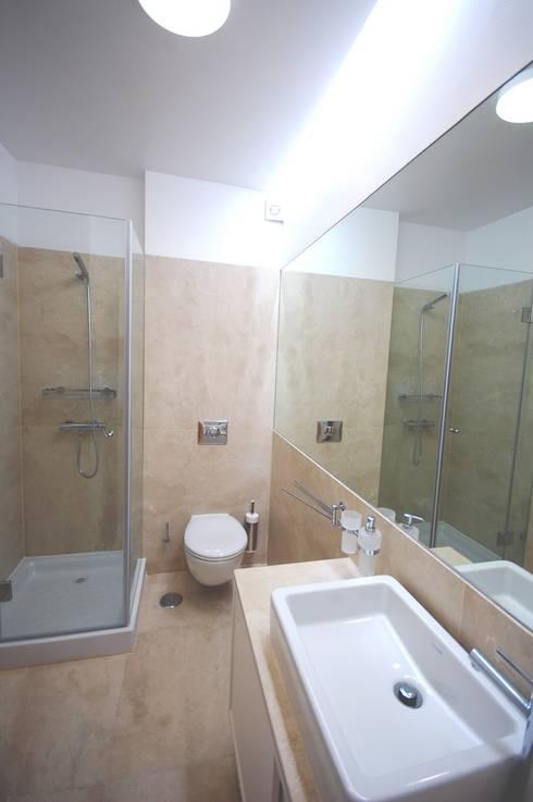 Apartamento em Algés: Casas de banho modernas por Borges de Macedo, Arquitectura.