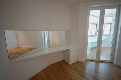 Apartamento em Algés: Quartos modernos por Borges de Macedo, Arquitectura.