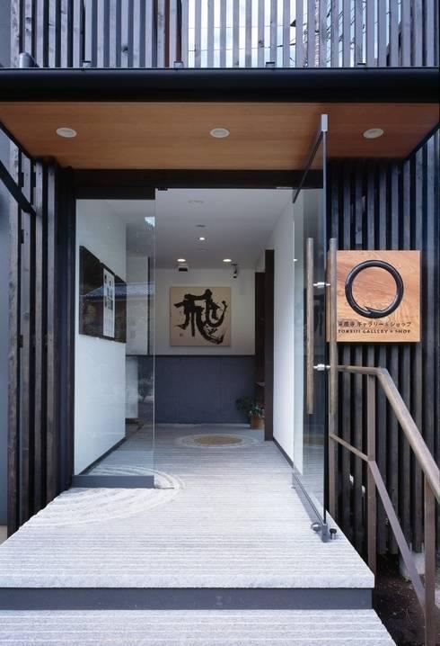 エントランス: 忘蹄庵建築設計室が手掛けた商業空間です。