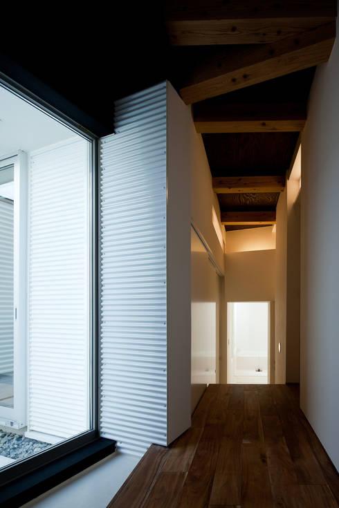 廊下: 岩瀬隆広建築設計が手掛けた廊下 & 玄関です。