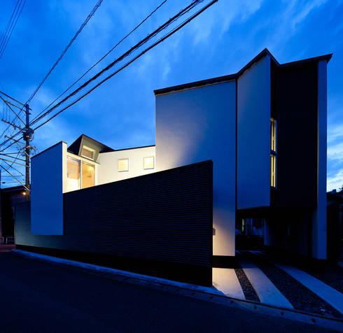 東側外観: 岩瀬隆広建築設計が手掛けた家です。
