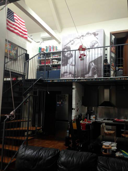 loft residenziale: Sala da pranzo in stile  di studio architettura terzaghi