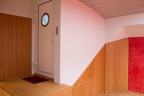 Entrée dans la cale de la péniche transformée en habitation: Couloir et Hall d'entrée de style  par Batbau'bio