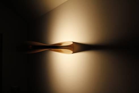 applique reflet sur le mur : Salon de style de style Moderne par Batbau'bio