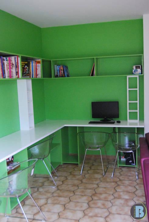 bureau et rayonnage: Salle multimédia de style  par Batbau'bio