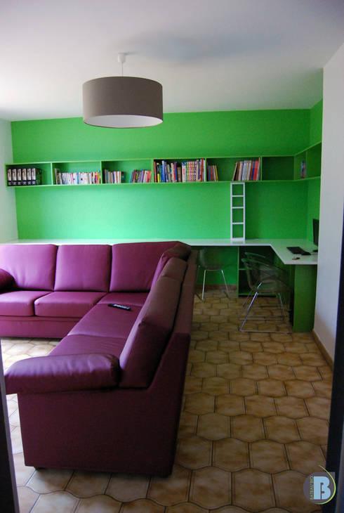 Salon de détente et de travail: Salle multimédia de style  par Batbau'bio