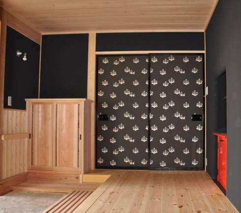 京唐紙・五三の桐紋様: 樹・中村昌平建築事務所が手掛けた窓&ドアです。