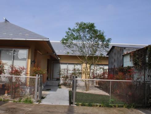 扉開き玄関へ続く前庭を造る: 樹・中村昌平建築事務所が手掛けたアプローチです。