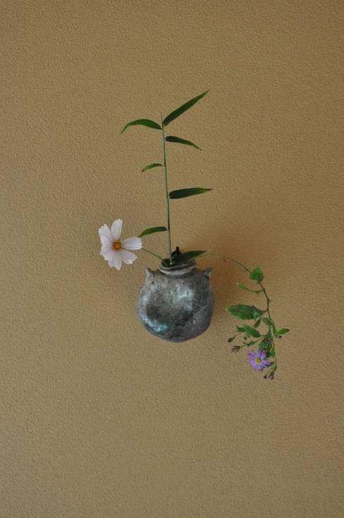 伝承・壁1枚を 床の間に 見立てる掛け花飾り: 樹・中村昌平建築事務所が手掛けたアートです。