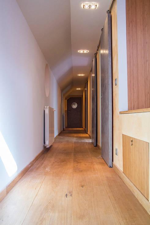 Couloir : Couloir et Hall d'entrée de style  par Batbau'bio