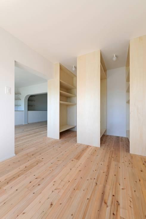 池下の家 / House in Ikeshita: 市原忍建築設計事務所 / Shinobu Ichihara Architectsが手掛けた寝室です。