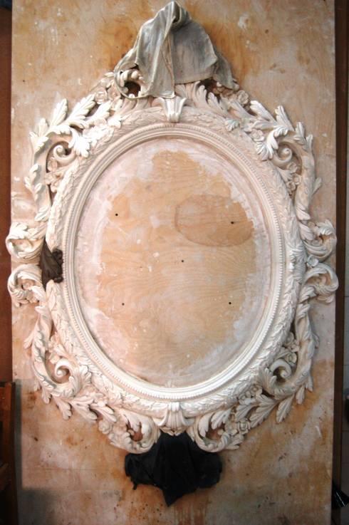 Moldura de gesso_ Plaster Frame: Paredes  por Iva Viana Atelier de Escultura
