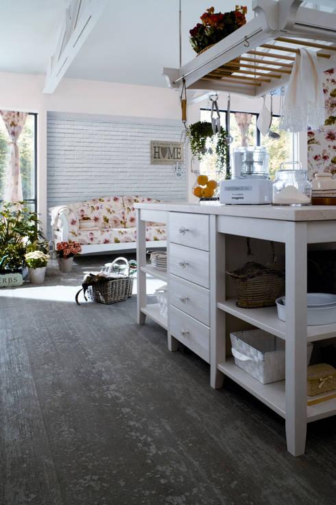 La collezione PANAMA di VALPIETRA® si sposa delicatamente con lo stile country della cucina, esaltandolo: Cucina in stile In stile Country di VALPIETRA®
