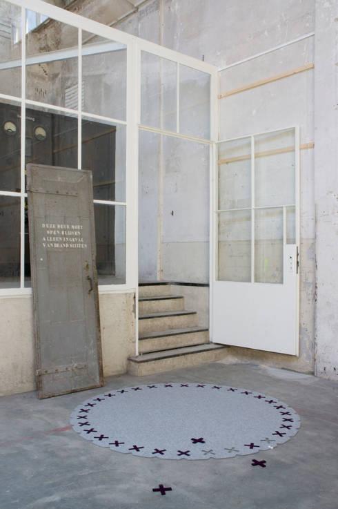 Vloerkleed Kisses in een industriele omgeving :  Gang, hal & trappenhuis door Evelien Lulofs