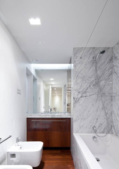 Apartamento Palma: Casas de banho  por Pedra Silva Architects