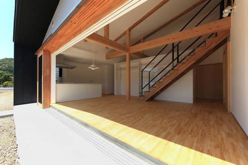 木製サッシを開放ーLDKを見るー: bound-designが手掛けた家です。