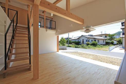 リビング空間ー木製サッシを開放ー: bound-designが手掛けたリビングです。
