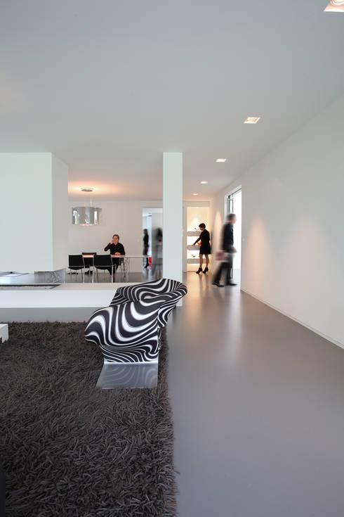 Woonkamer, open haard en eetkamer: moderne Woonkamer door Lab32 architecten